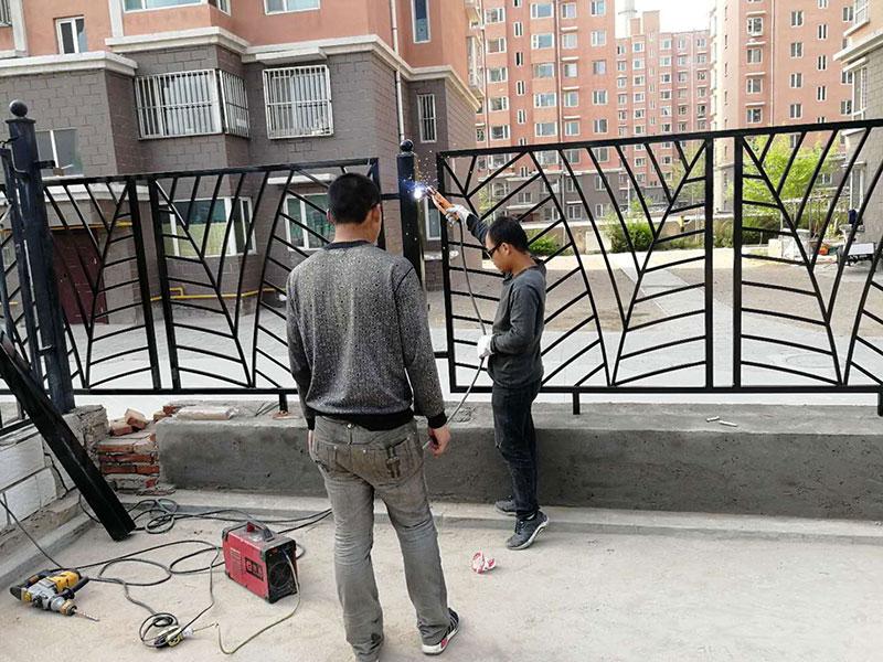 小区院内铁艺围栏安装中